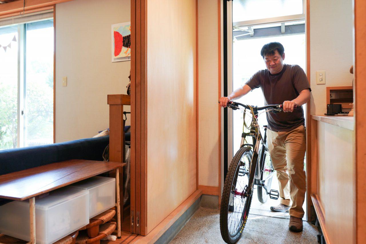 玄関は清さんの自転車を置ける広さ