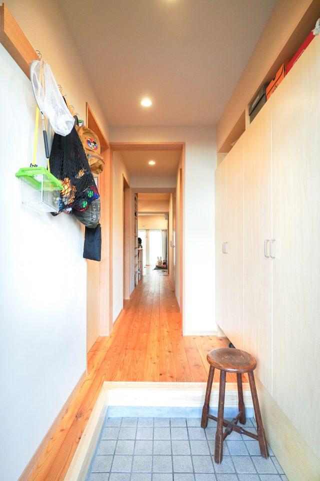 靴を脱ぎ履きしやすいよう広くとられた玄関。