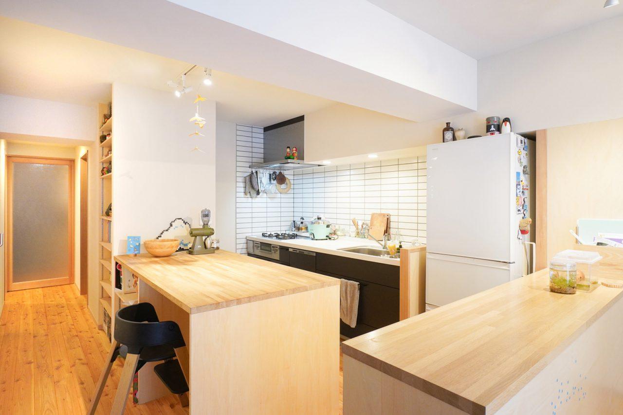 第二のテーブルとして機能する大きなキッチンカウンター。