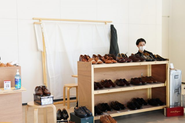 靴磨きをされている方も!展示している靴の光具合に腕の良さがあらわれています。
