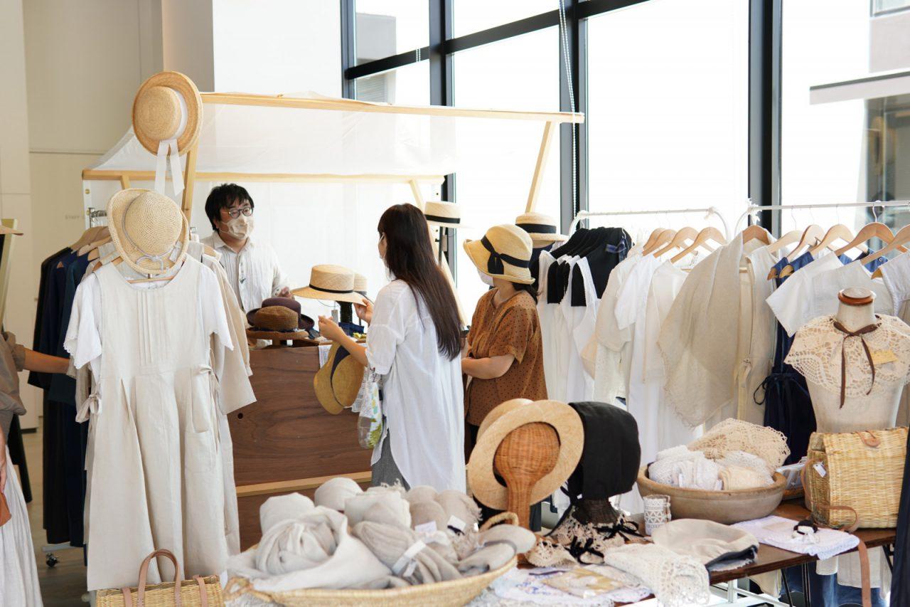 白や生成りの肌触りのよさそうな洋服を扱う屋台は女性のお客様もたくさん!