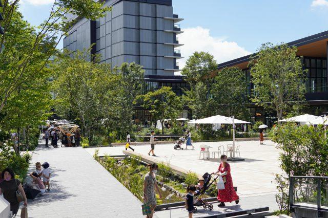 GREEN SPRINGSの広場。たくさんの樹々や池があるここはなんと建物の2階にあります。