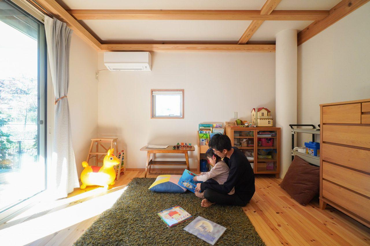 陽だまりができる窓前にはOMソーラーの床吹き出し口があり、冬場も暖か。