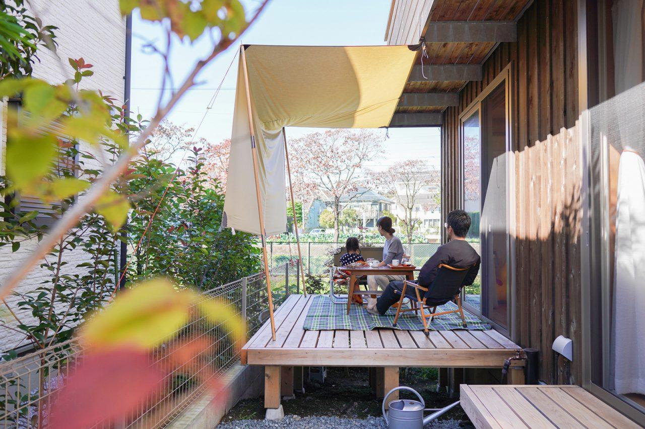 外が気持ちいい季節には、イスとテーブルを出してランチをとることも。