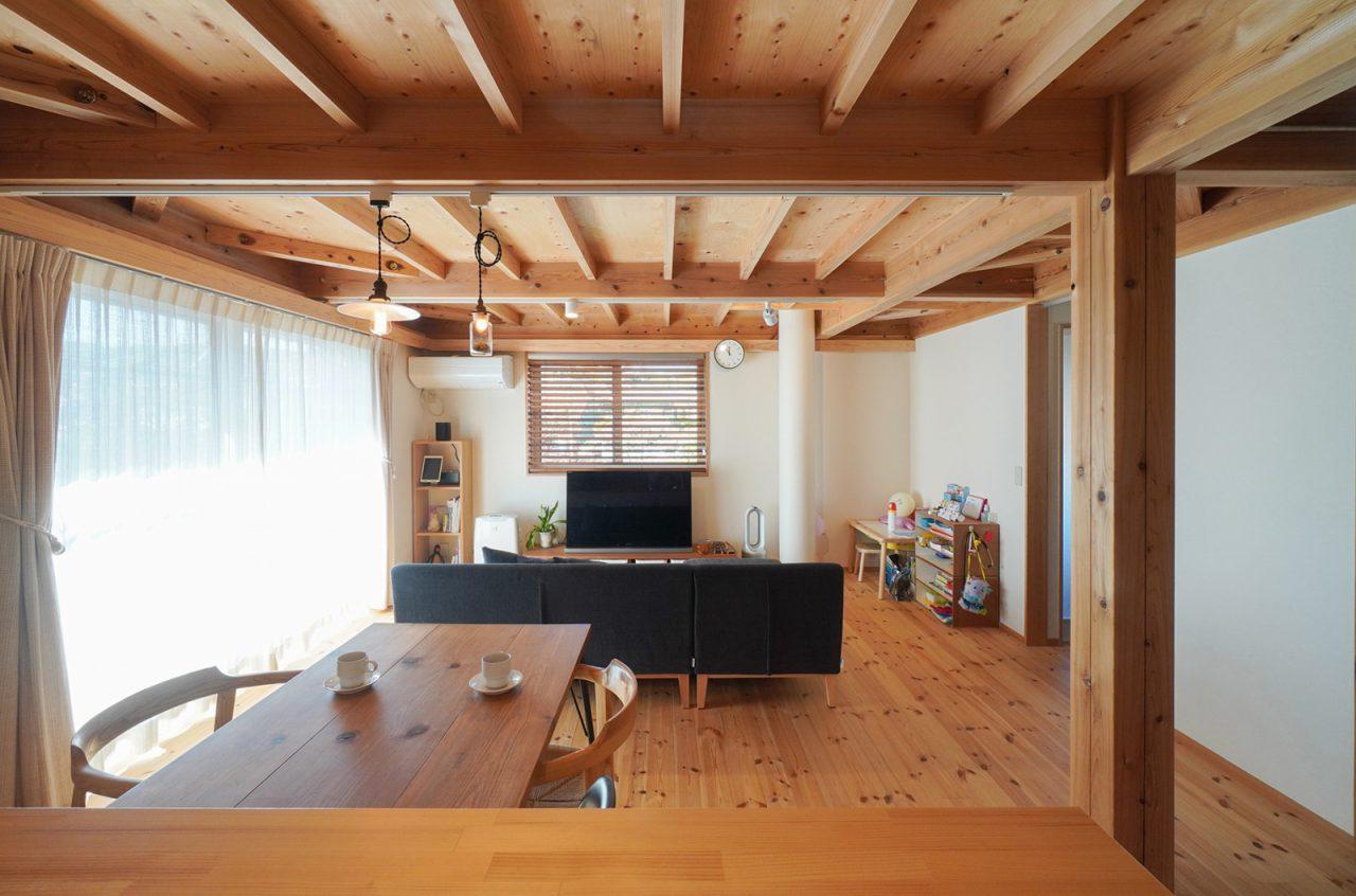 キッチンからの眺め。屋根裏収納のお陰で空間がスッキリ。