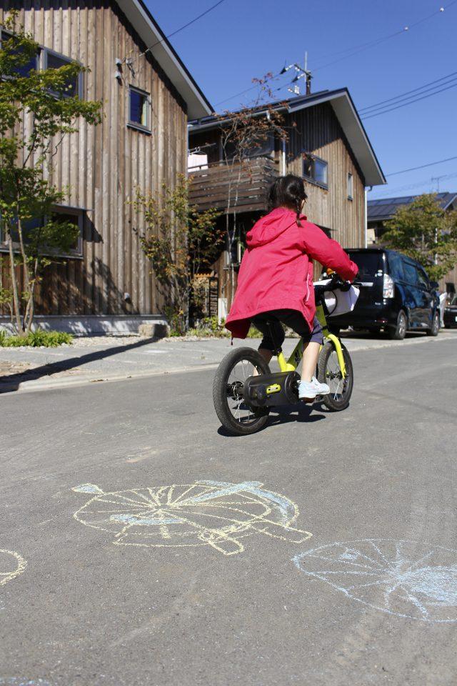 小さな自転車の足元にはかわいらしいチョークの落書き