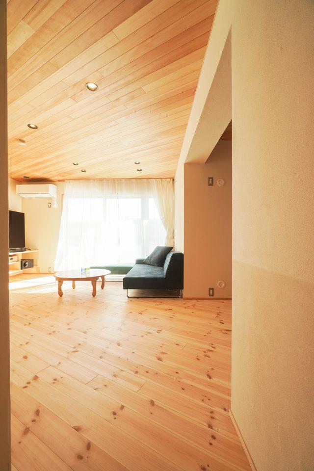収納や壁も斜めのラインを生かしてデザイン。