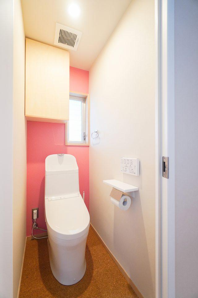 トイレの壁は娘さんが選んだピンクのアクセントクロス。「私が選んだんだよ」と得意げに教えてくれました。
