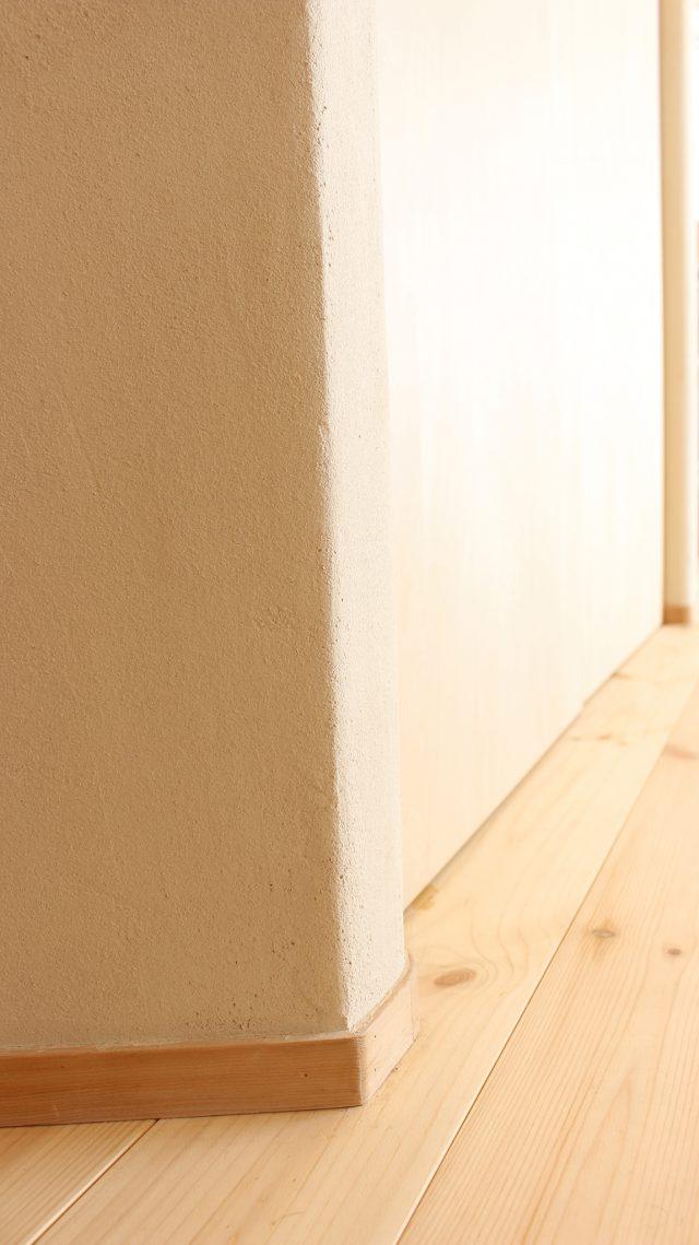 角のR処理も美しいリビング入口。この「斜め収納」の角度に合わせて床の角度が決まりました。