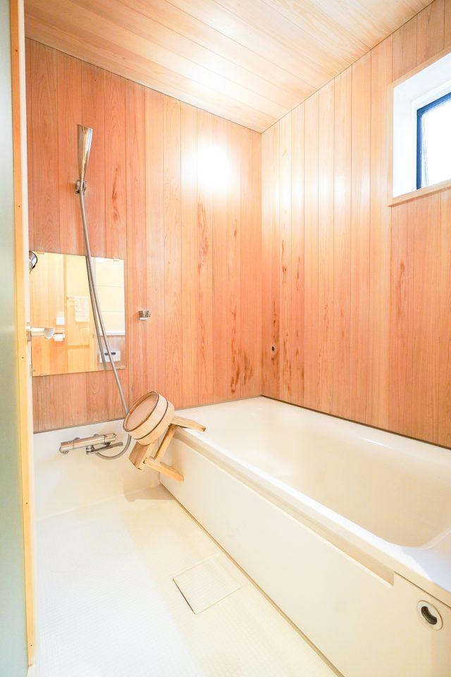 木張りの浴室もこだわりポイント。掃除が趣味のご主人が毎日磨き綺麗に保っています。