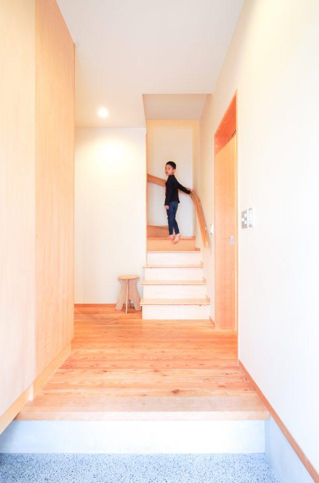 階段幅を広げて玄関ホールを明るく。