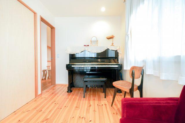 1階の音楽室。声楽を学ばれていた奥様が、将来的にレッスンを開ければと予定しているそう。