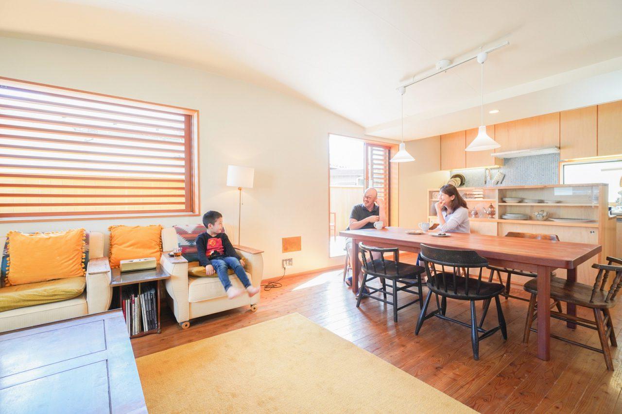 空間を優しく包むR天井。木の大きなガラリ戸もお気に入り。ソファの肘掛けに板を貼って使いやすくカスタマイズ。