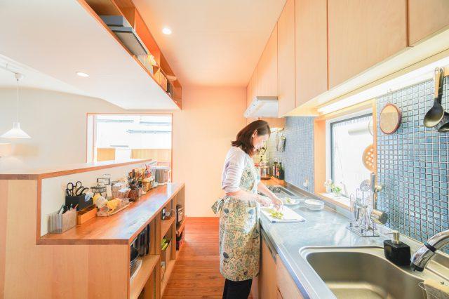キッチンタイルはアクセントに青をセレクト。