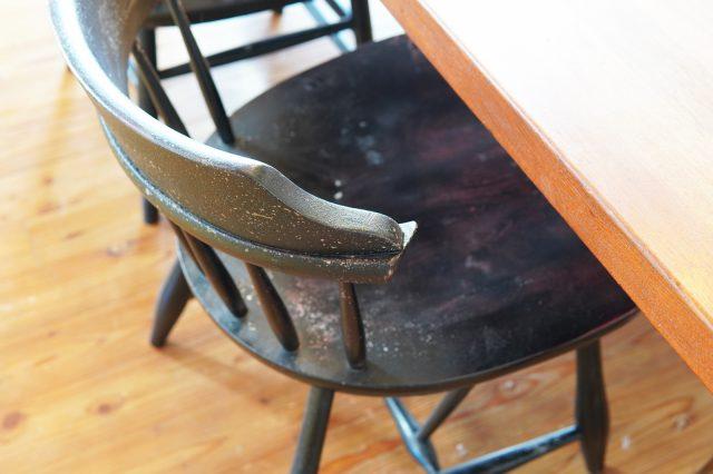 テーブルに合わせ肘掛を切ってペイントしたダイニングチェア。