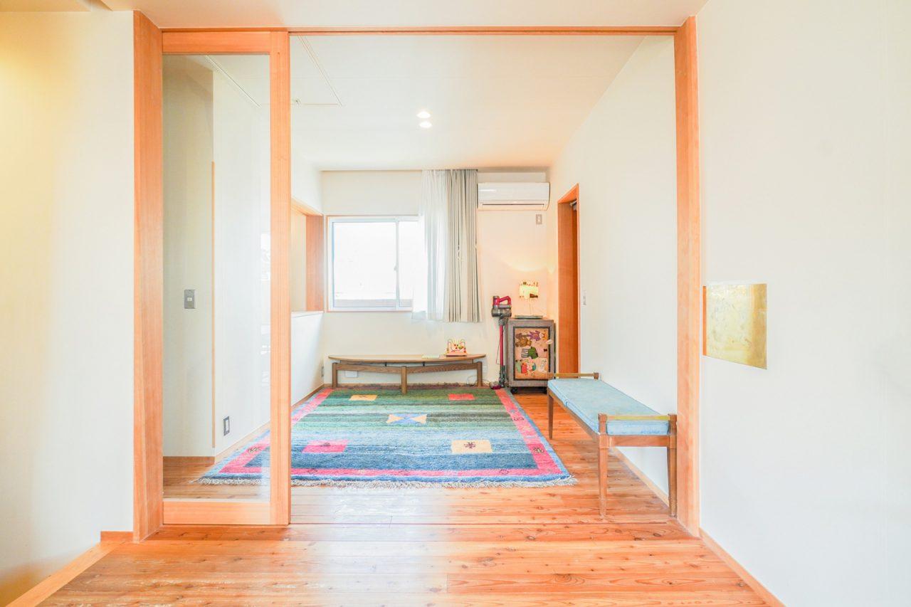 LDK横のゲストルーム。ガラス戸とカーテンで仕切られます。4人目のお子様が生まれて間もない頃は、キッチンが近いこちらで過ごしていたそう。