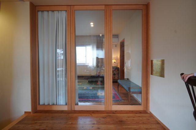 建具で仕切ることもカーテンで遮光することもできます。