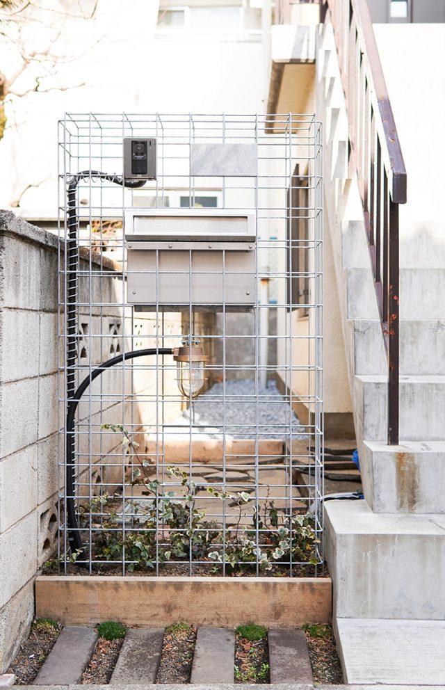 門柱はギャピオン(蛇籠)。フレームを緑が覆っていく予定です。