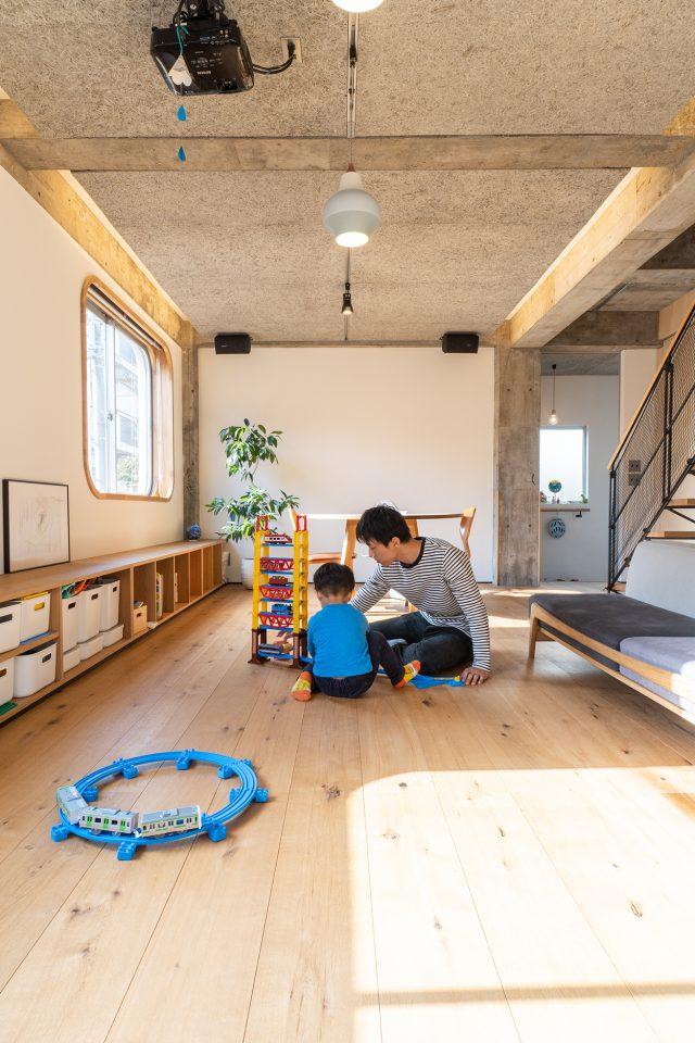 ブラインドが収まるアールサッシの窓枠は大工・益子さんの力作。天井にプロジェクターを設置