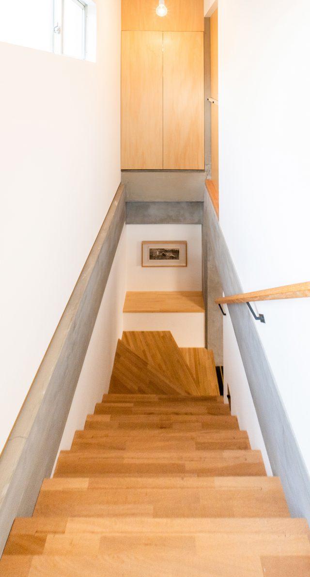 2階の床を抜き室内で行き来できる階段を新設。