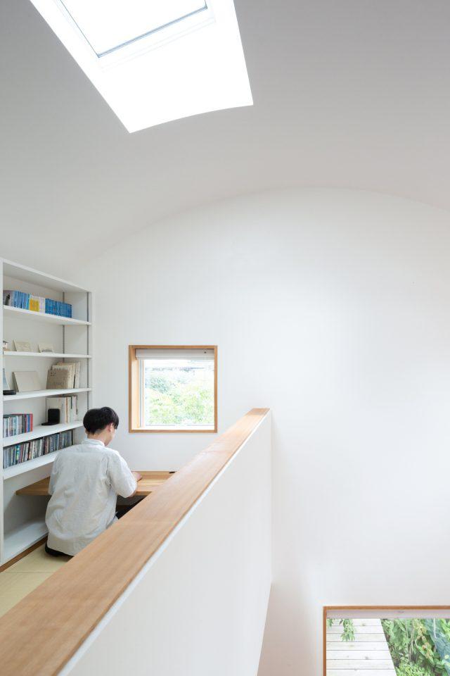 畳敷きの図書室。窓から見えるようヒメシャラを配置。
