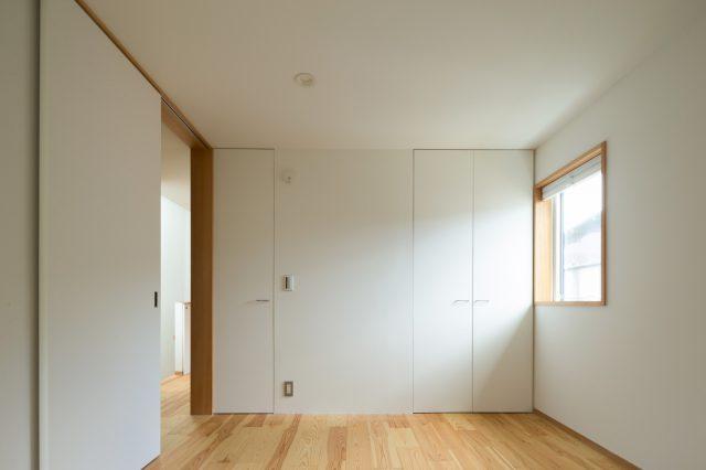 広がりのある子ども室の奥には、こもって落ち着いた雰囲気の寝室。