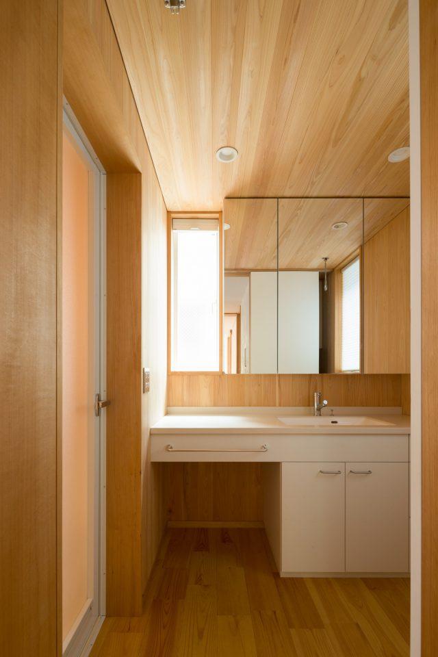 板張りの洗面脱衣室も収納充実。