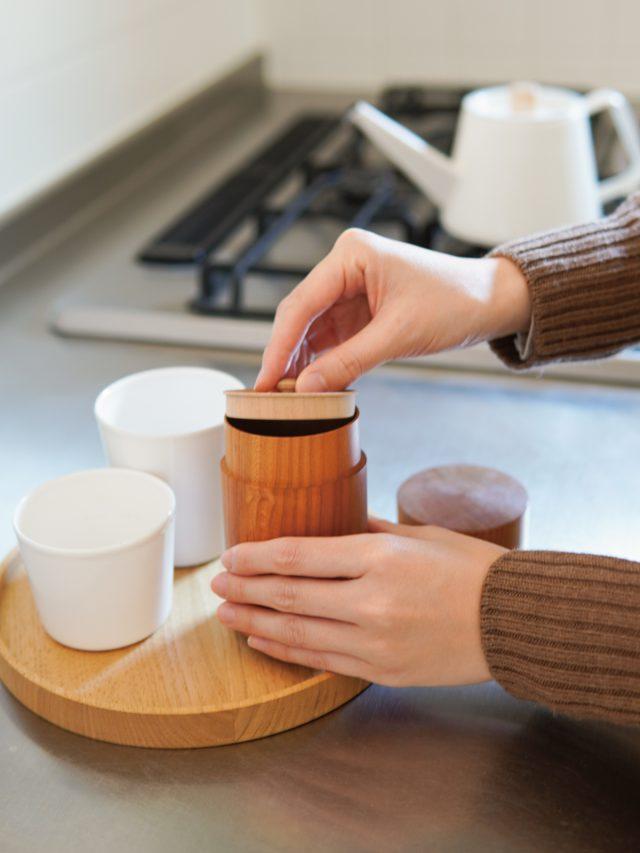 暮らしに華を添えるこいずみ道具店のカップや桜の茶筒など。