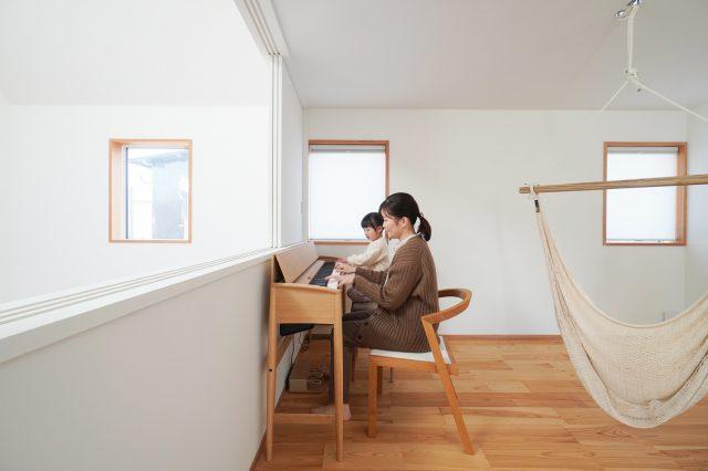 インテリア性が高い電子ピアノは、カリモク家具とローランドのコラボ製品。