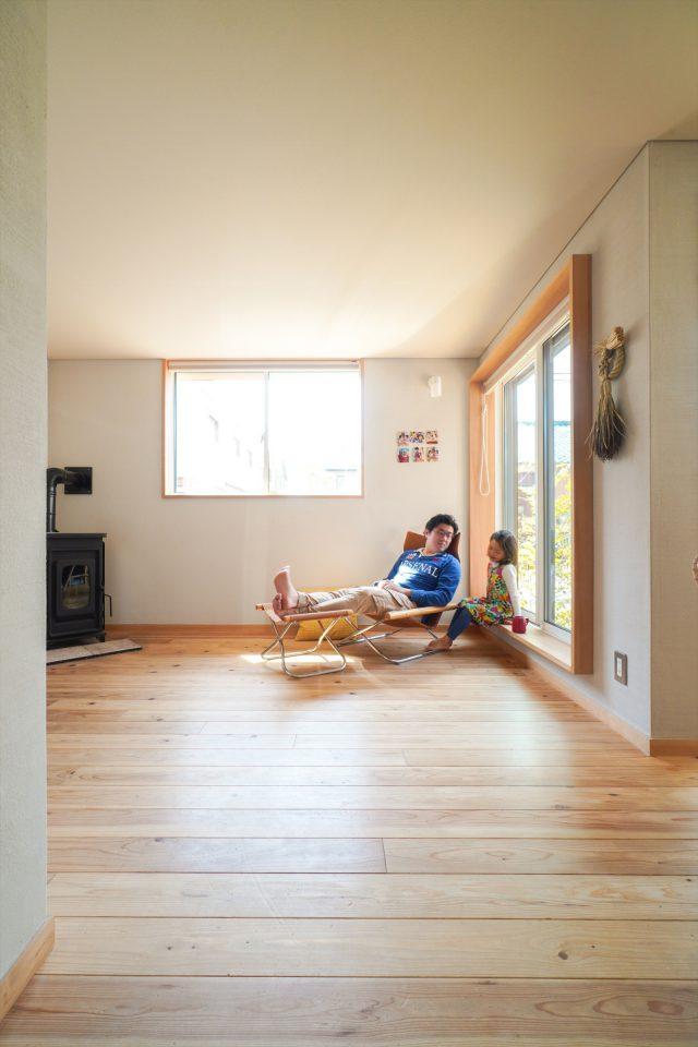 あえてソファーは置かず、窓を大きく。縁側のような窓枠に腰かけるのがお気に入りです。
