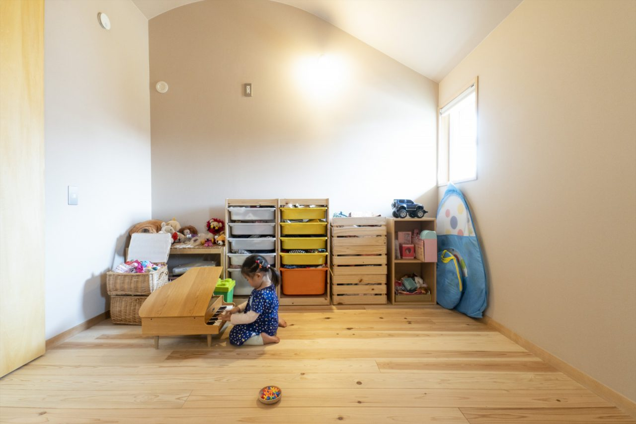 R天井が印象的な子ども部屋。今後お子様の成長に合わせて間仕切り予定です。