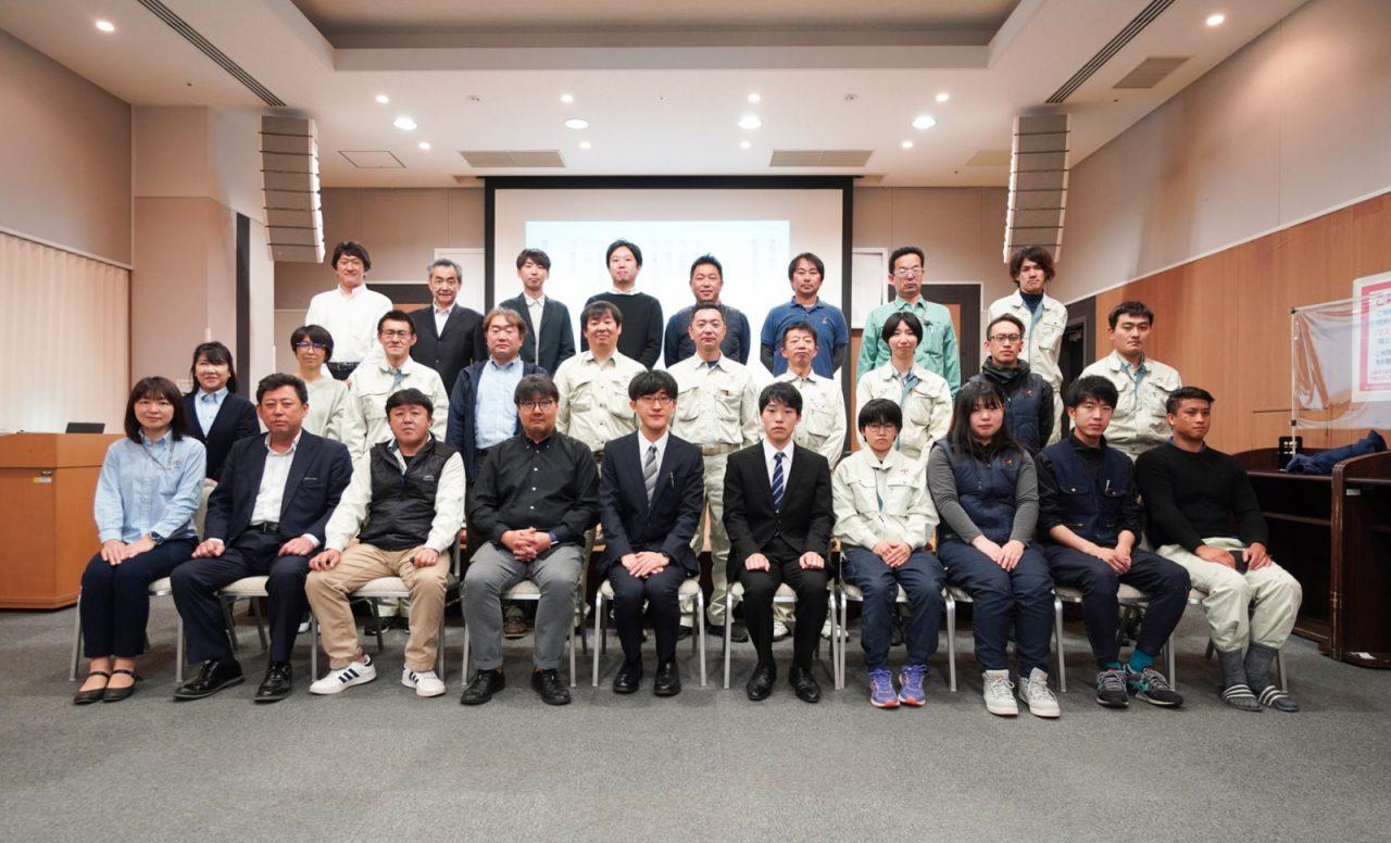 2021年4月に開催した入社式で。現場監督の阪出さん、大工の筆谷さんの2名を先輩の大工やスタッフみんなで迎えた日。