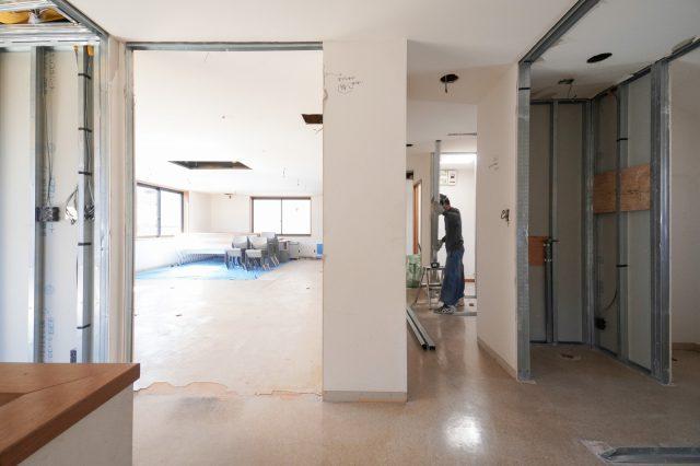3階の会議室入り口・廊下を眺める