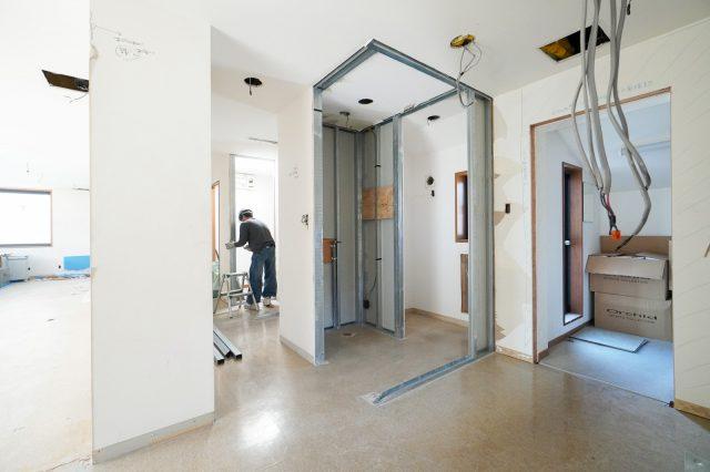 洗面所など水回り設備やドアなどの建具・壁も一部解体しています