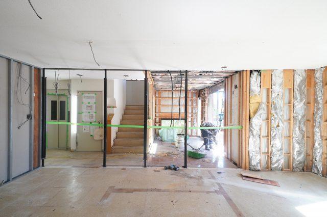 1階の営業スタッフが仕事をしていた場所。壁を壊して鉄骨や断熱材が見えるようになりました