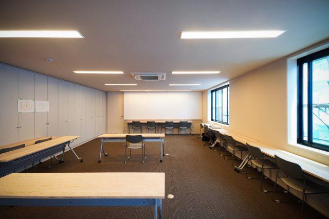 「土の間」(会議室)|相羽建設の土台を会議する大事な部屋なので、珪藻土クロスを。そしてここが工事中の本社勤務のスタッフの仕事スペースになります。