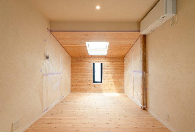 「木の間」(Web会議などを行う空間)|フローリング+木の家具+壁を木と湯布珪藻土で仕上げる。