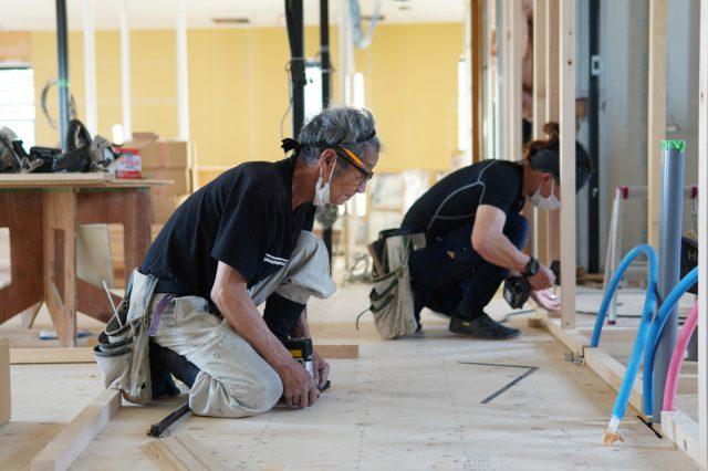 大工の中山 善弘さん。職人歴50年を超えるベテラン大工さんです。相羽建設の職人さんの強みは「職人同士のコミュニケーションがとれていること」と。
