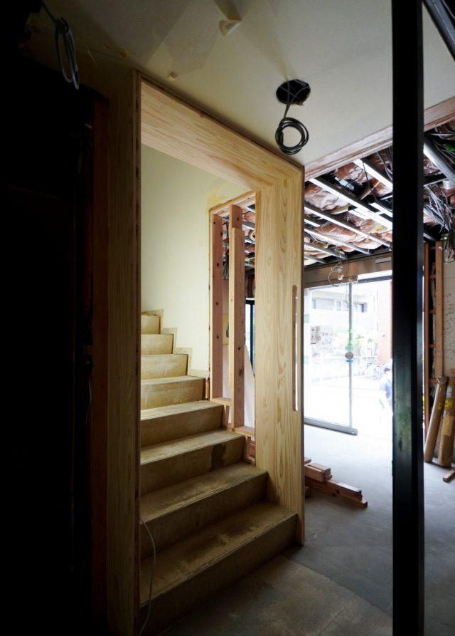1階から2階に向かう階段のところに四角い枠ができ、そこには縦に握れる手すりがあります。(写真中央)