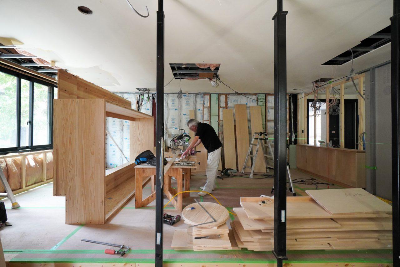 一階の空間では大工の秋山棟梁が棚などの造作中でした。写真左の大きな四角の枠が何かわかりますか?