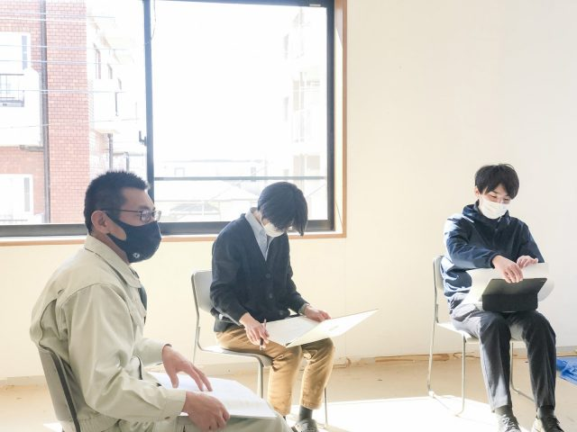 本社リノベーションの現場監理を担うことになった荻野(写真左)