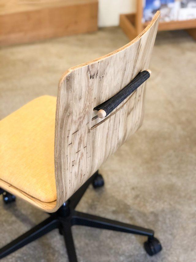 コナラ虫食い  ・ヤマザクラ小節と、表情のある登米の木を素材として用い、成形合板としての加工は北海道で行なっているそうです。