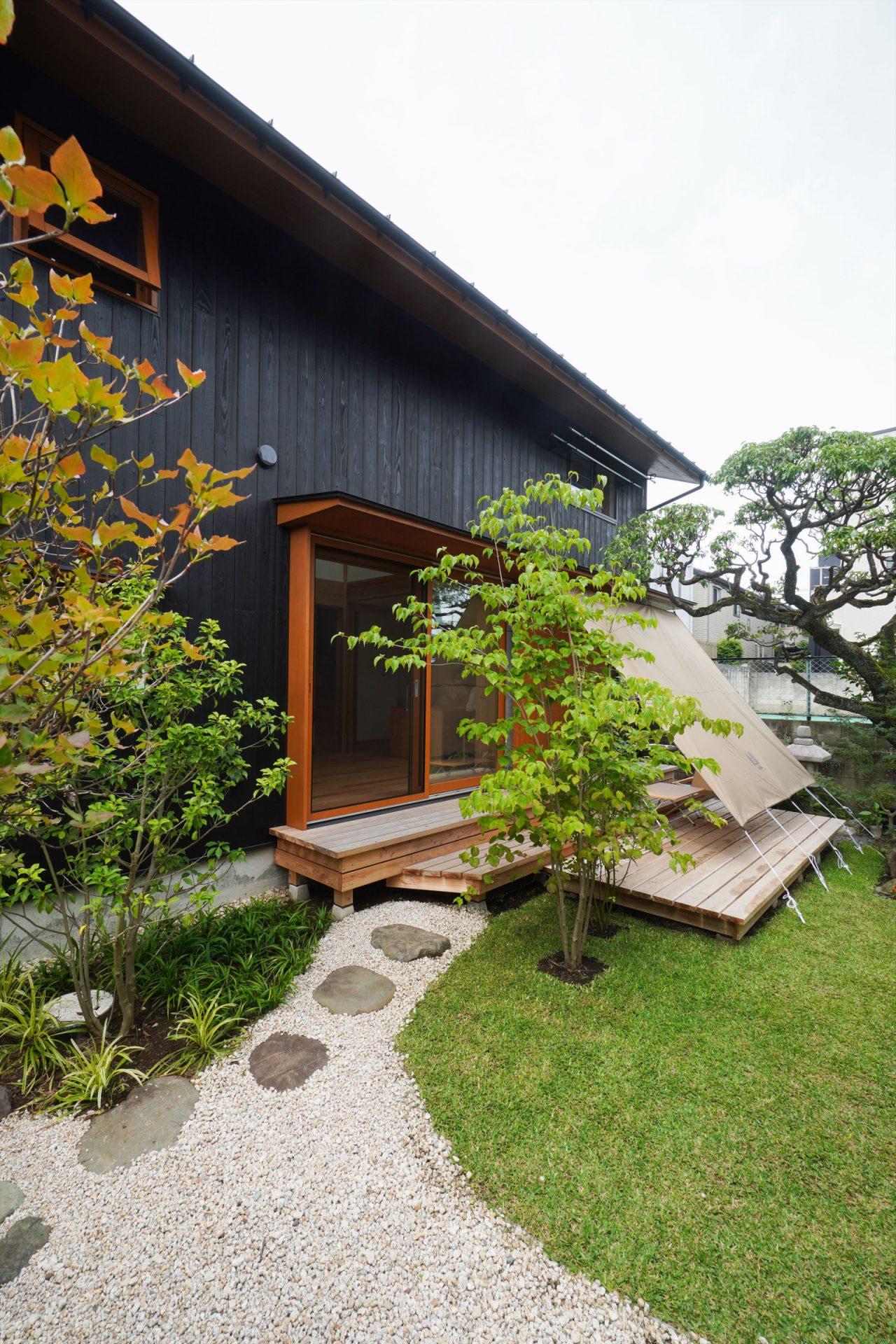 下のウッドデッキはご主人作。小川テントで購入したタープを張って夏場も心地よい空間に。