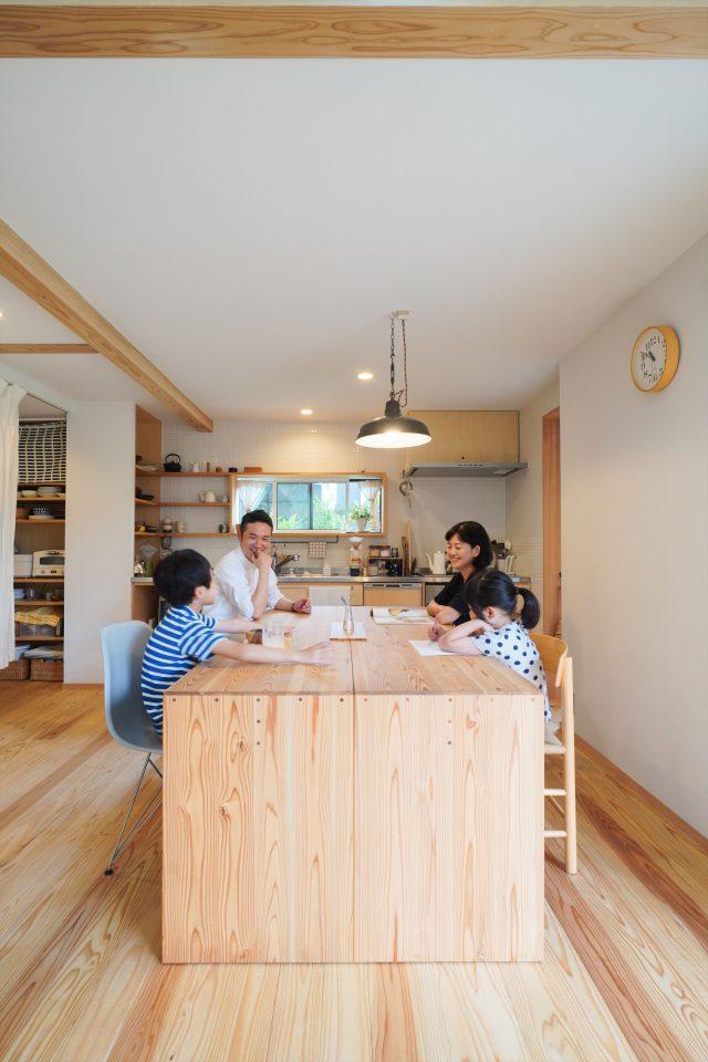 ダイニングテーブルは、竣工時に大工が作る「大工の手」によるもの。二つに分けることができ、様々な使い方ができます。