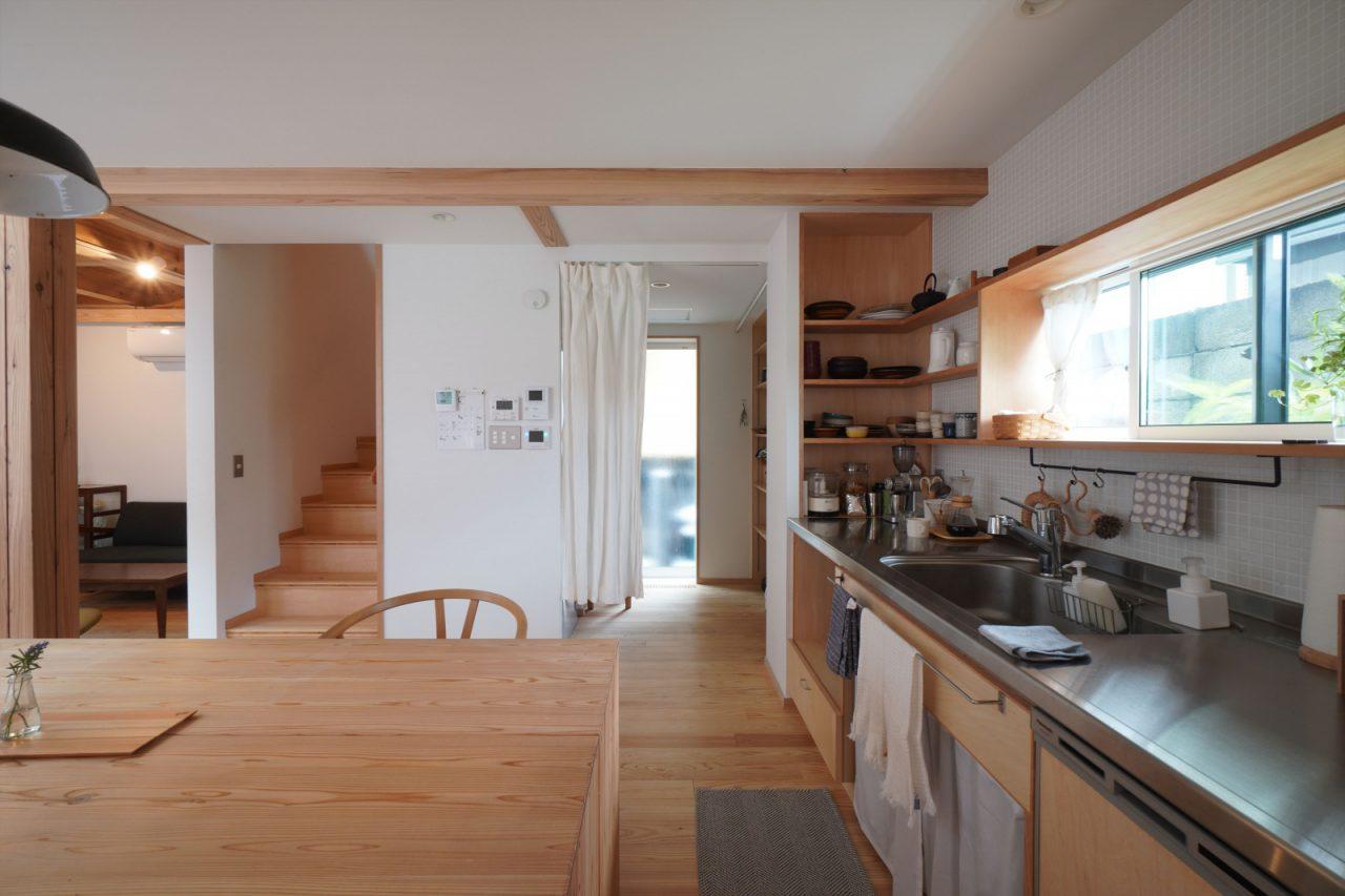 食器を飾れるキッチン。横には大容量のパントリーが。
