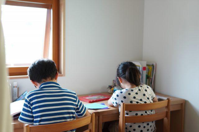 ふたつ並んだ学習机。家のテイストに合うようにと、竣工時に棚と共に制作。