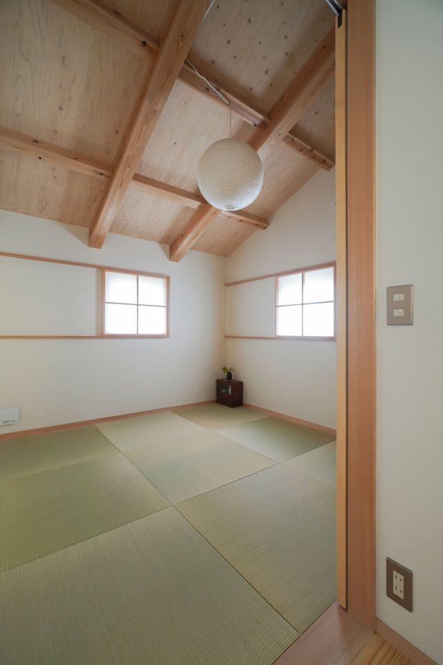子ども部屋の奥はモダンな和室。柳宗理のテキスタイルを押入れの仕切りにしています。
