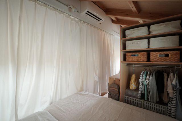 子ども部屋の仕切りはカーテンにすることで圧迫感がありません。