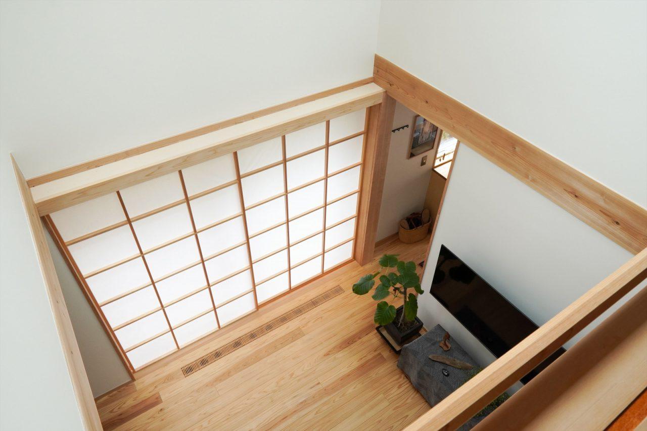 2階から見たLDK。吹き抜けと2階を壁・障子で仕切ったことで、熱環境が保たれているそう。