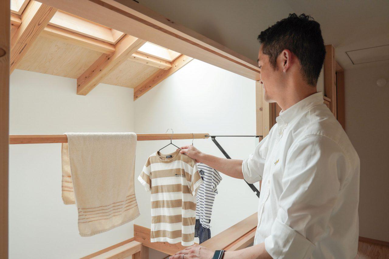冬でも洗濯物が乾くようにと、吹き抜けにご主人がお遍路さんの金剛杖を活用して物干し竿を設置。